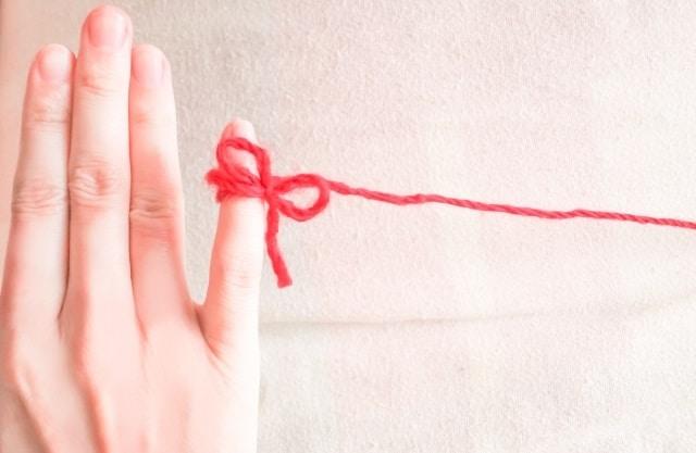 赤い糸で結ばれるカップル