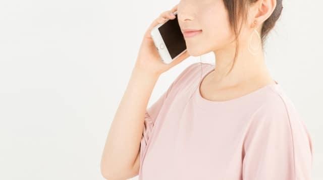 電話占いする女性